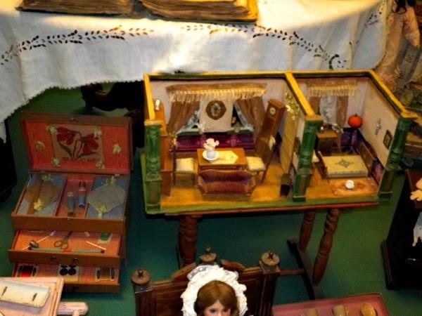 una casa antica per bambole
