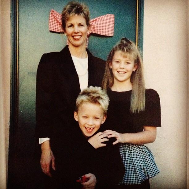 80's family photo, single mom and kids
