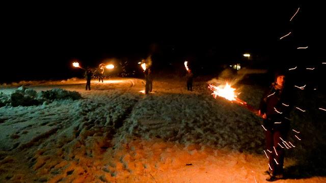 Osterfeuer und Fackelschwinger auf der Eulenburg