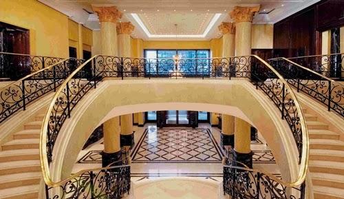 Sedangkan pada rumah mewah, pemilihan tangga rumah mewah biasanya bertujuan hanya untuk memperindah interior bangunan rumah.
