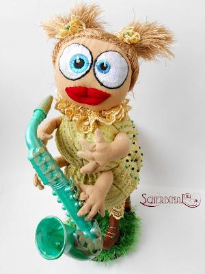 текстильная игрушка гусеница музыкант