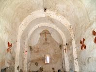 Interior de l'església de Sant Jaume d'Olzinelles on s'aprecia la degradació de la nau amb l'absis