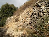 Mur mig desfet, de roques granítiques al costat del camí