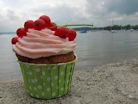 http://cecilecupcakecafe.blogspot.de/2013/07/johannisbeer-haselnuss-cupcakes.html