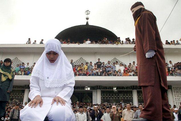 Hình phạt phụ nữ ngoại tình ghê sợ xưa và nay 2
