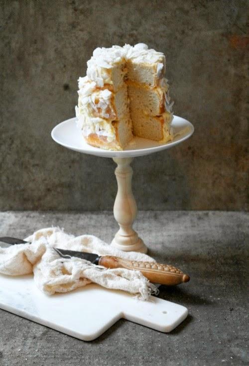 base para tarta hecha con candelabro y plato