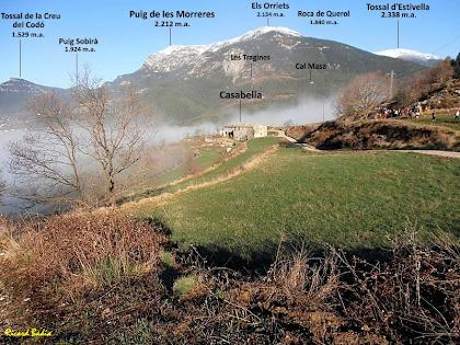 La masia de Casabella, a la Vall de Lord. Al seu darrere, el vessant oriental de la Serra de Querol. Al racó superior dret, el cim nevat del Tossal d'Estivella i a la banda superior esquerra, el Puig de les Morreres. Autor: Ricard Badia