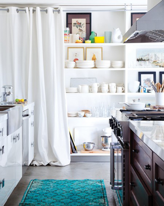 Not sure if you'll like a bold turquoise touch for your kitchen? Try a temporary solution, like a beautiful rug, and make up your mind later on!