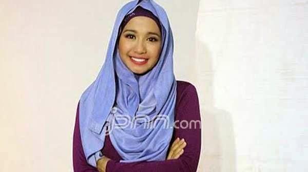 Foto Cantik Laudya Cynthia Bella Pakai Hijab