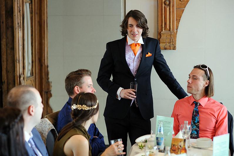 orandžinis jaunikio kostiumas