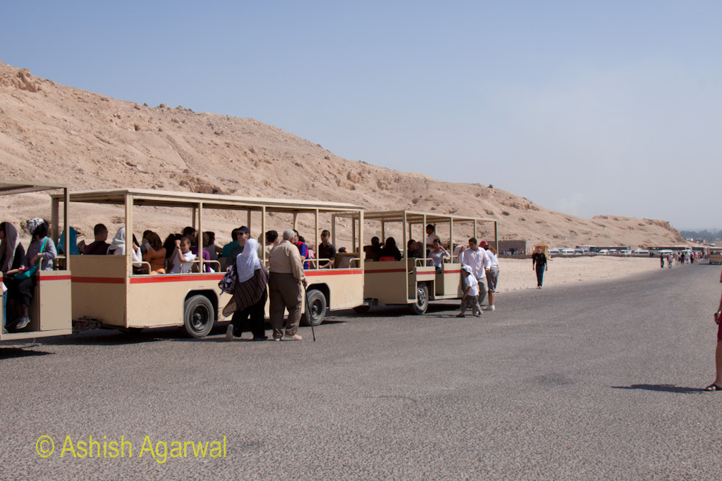 The battery powered multi bus vehicle that carried tourists from the parking to the Hatshepsut temple site