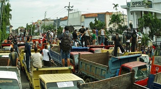Ratusan kendaraan dump truck diparkir di depan gedung DPRD Ponorogo menuntut pembukaan lagi galian C