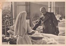 Mussolini sorridente  visita e conforta i feriti della battaglia sulle Alpi (Fronte occidentale)