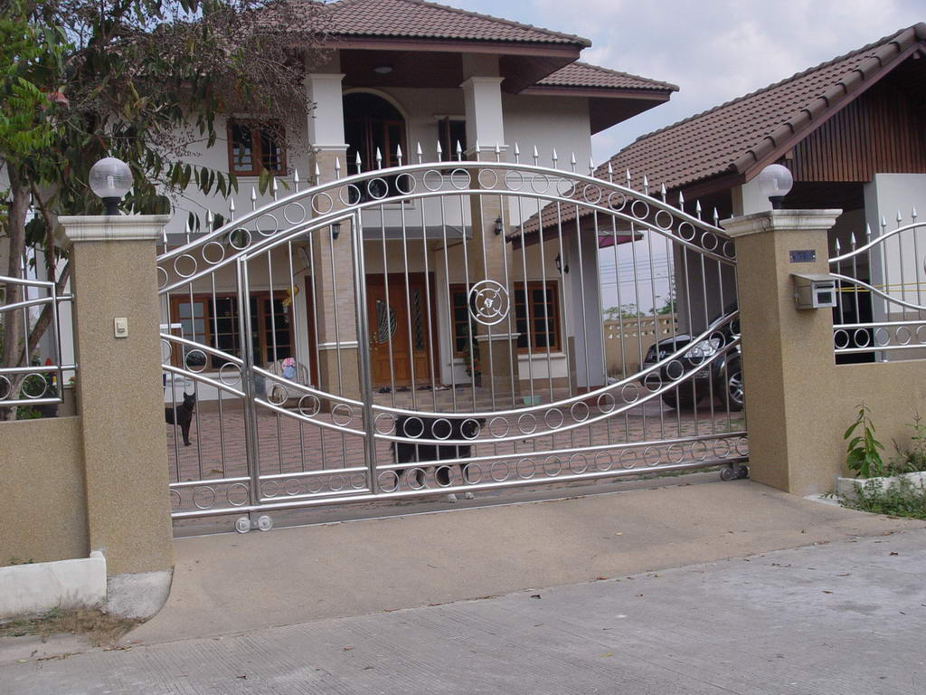 Modern homes main entrance gate designs modern home designs for Modern main gate designs