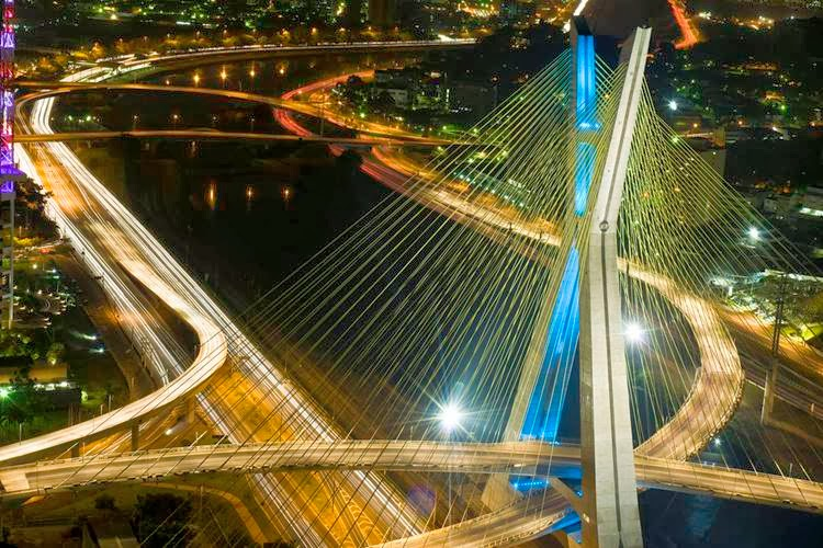 Philips Provided a innovative lighting system for The Octávio Frias de Oliveira Bridge that uses LED lighting. The new technology adopted uses 53% less energy than traditional lighting systems. It will also reduce maintenance costs and help with road safety.