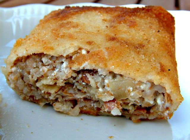 Kuchnia rejonu Podlasia i Lubelszczyzny: krokiety z kaszą gryczaną, twarogiem, podsmażaną cebulką i wędzonym boczkiem