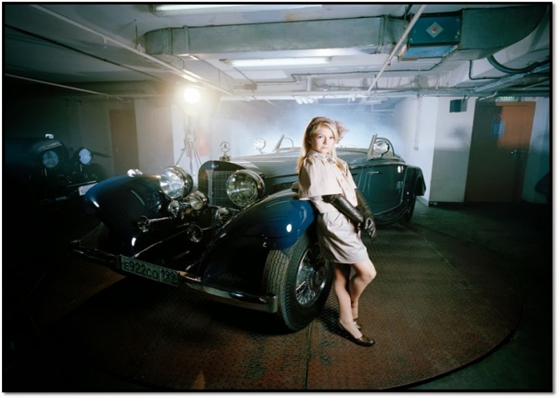 Russenko 2014, Expo Photo la Russie au dela des mythologies Littles Adults Anna Skladmann, Irina dans son garage voiture de luxe