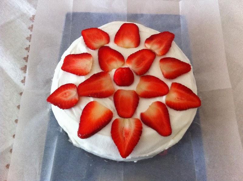 עוגת טורט עם קצפת  ותותים