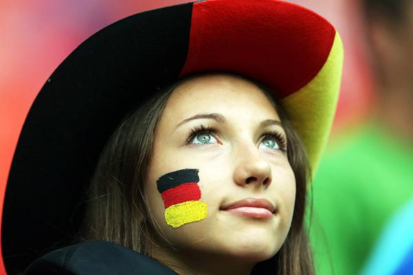 chicas-de-la-euro-girls-eurocopa-mujeres-2012-americanistadechiapas-sexy-pretty-hot-football-soccer-support-fans-fanatica-aficionada-futbol-alemana-vaquerita-sombrero-smile-mirada-look.jpg