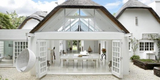 relaxing open plan white house 7 554x277 แบบบ้านสีขาวแสนน่าอยู่สไตล์โมเดิร์นจาก South Africa