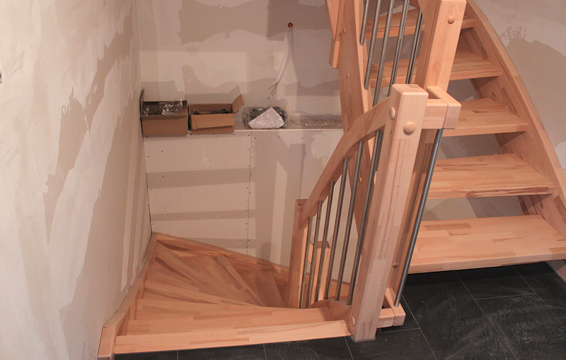 wir bauen ein haus treppe nach oben und unten. Black Bedroom Furniture Sets. Home Design Ideas