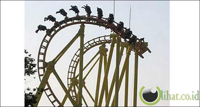 18 orang yang terjebak dalam posisi sedang terbalik di roller coaster yang mogok