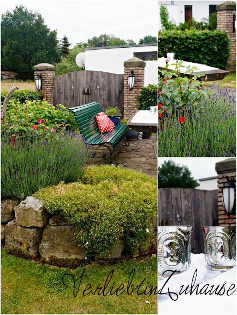 Gartensitzplatz vor Holztor mit Lavendel und Rosen Teelichter auf Holztisch mit Bauernsilber