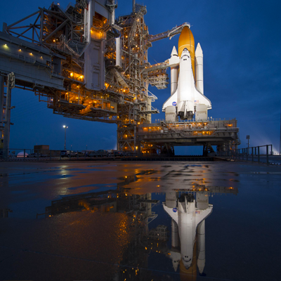 Atlantis – STS135 – Atlantis ready for launch and its reflexion after a light rain. NASA 2011.