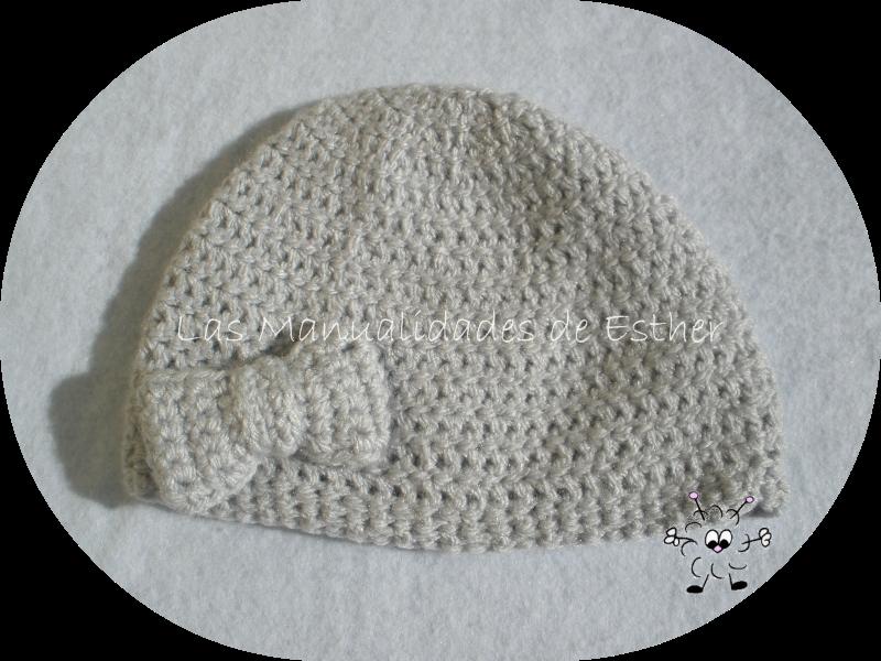 gorro de lana gris realizado a crochet con lazo también a crochet