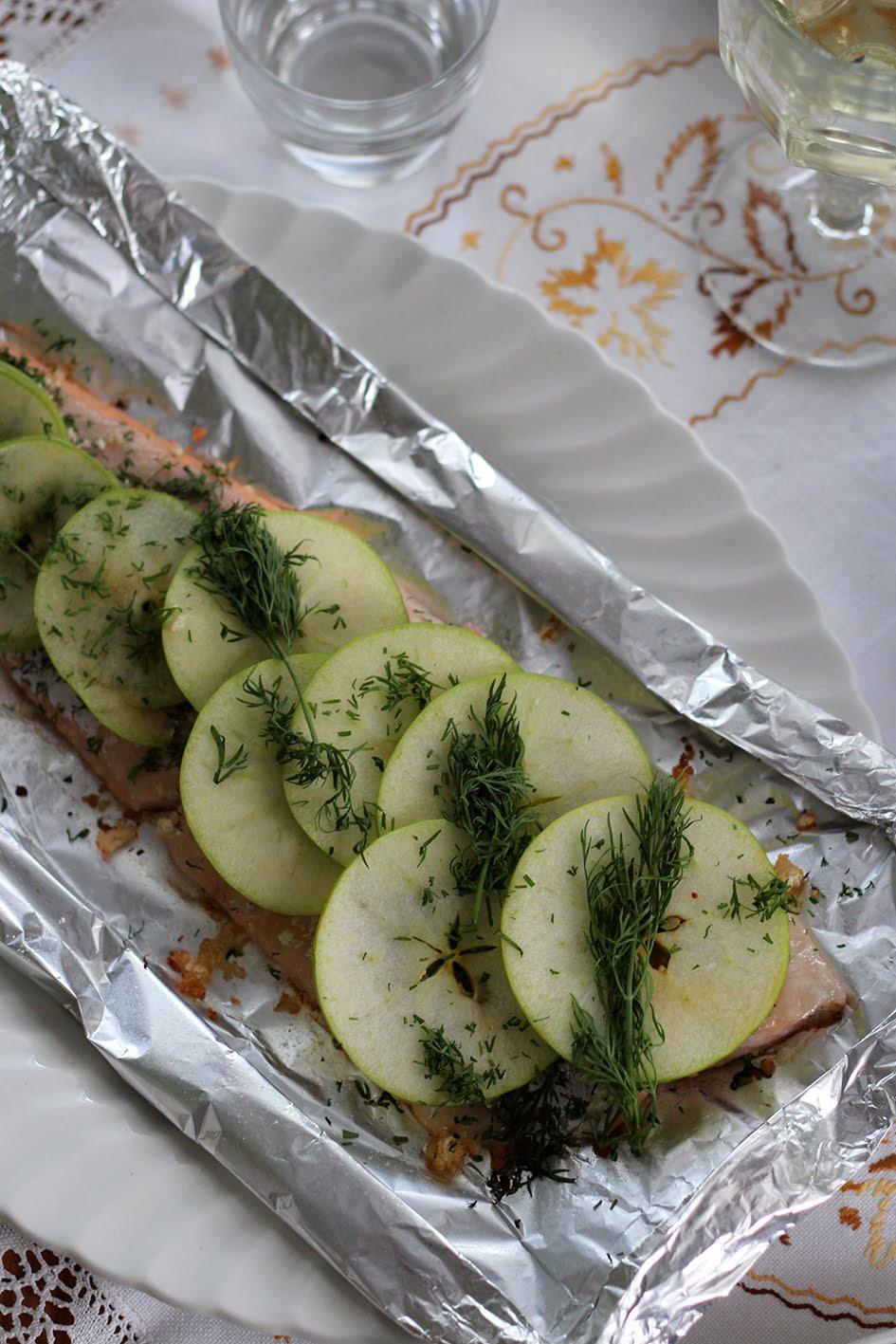 Omenan ja piparjuuren kanssa paistettu nieriä