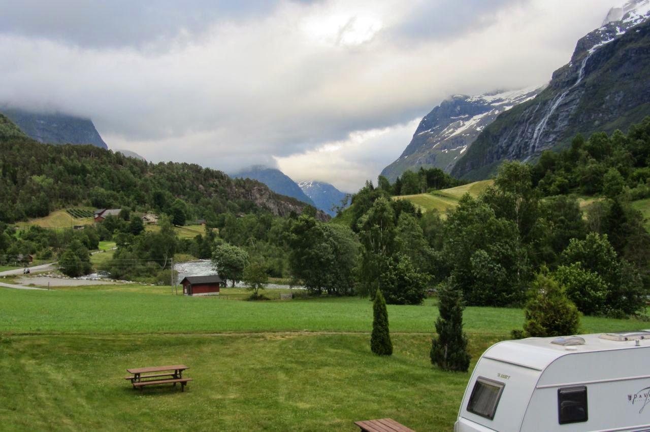 zicht vanuit camper op camping Loen Noorwegen