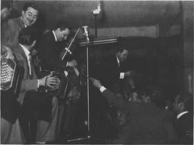 Alberto Marino con Hugo Baralis director de su Orq. en 1960