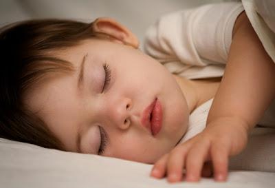 bebe dormido, bebe durmiendo, bebe dormilón, cuanto tiempo debe dormir un bebé, bebé bonito, niño dormido, niño durmiendo, horas de sueño del bebé, mi bebe duerme mucho