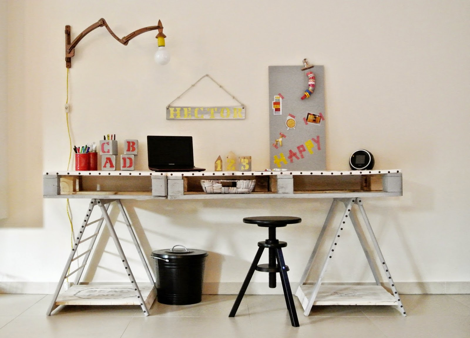 biurko z palet DIY,jak zrobić biurko z palet,meble z palet,blog DIY,ponowne wykorzystanie palet,młodzieżowe biurko z palet,transfer na drewnie