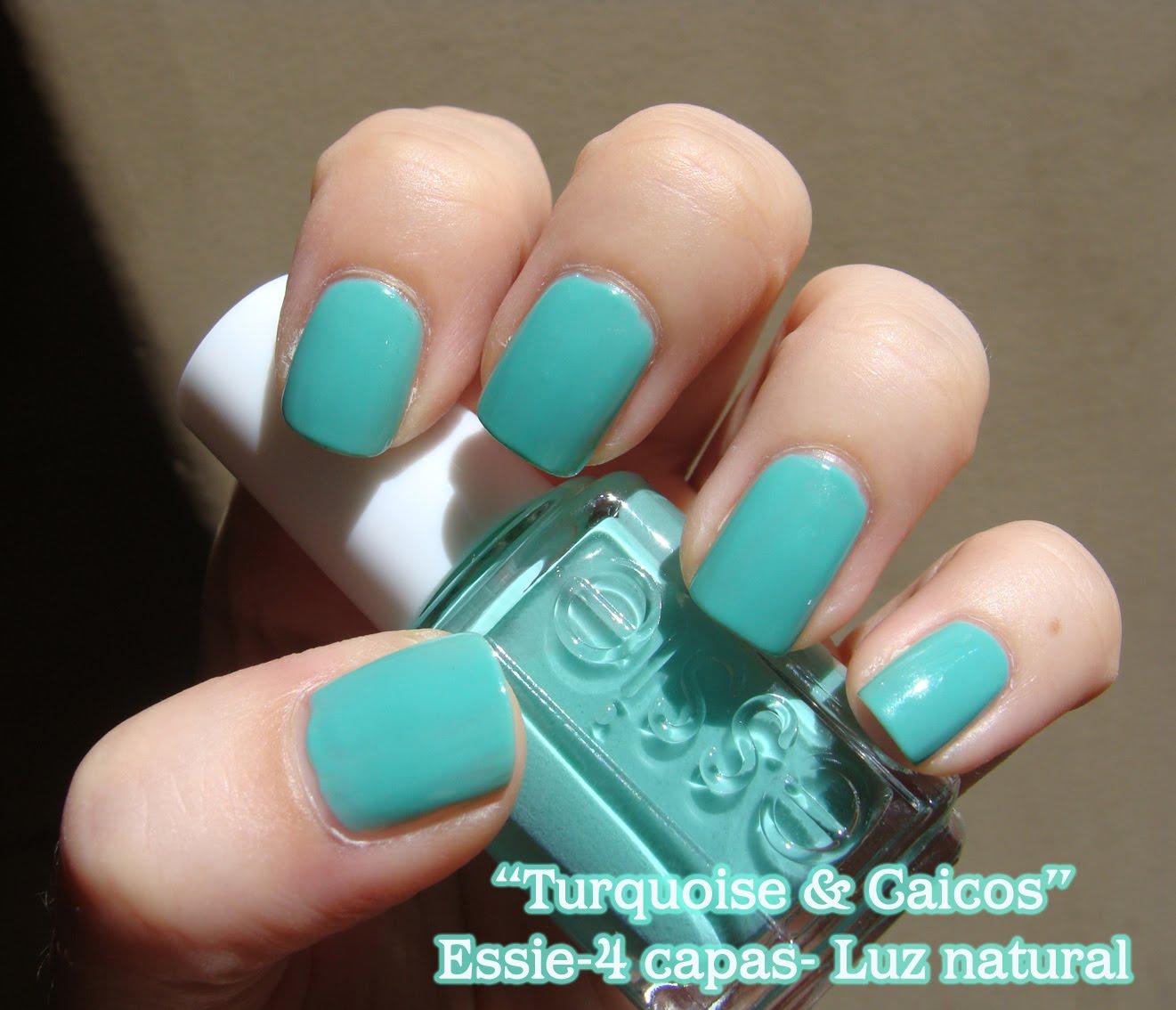 Esmaltes de Julie: Turquoise & Caicos de Essie: Divino