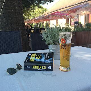 kalashnikov-kirja ja oluttuoppi