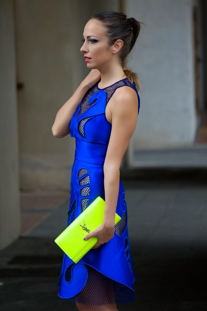 Vestito blu e scarpe blu elettrico