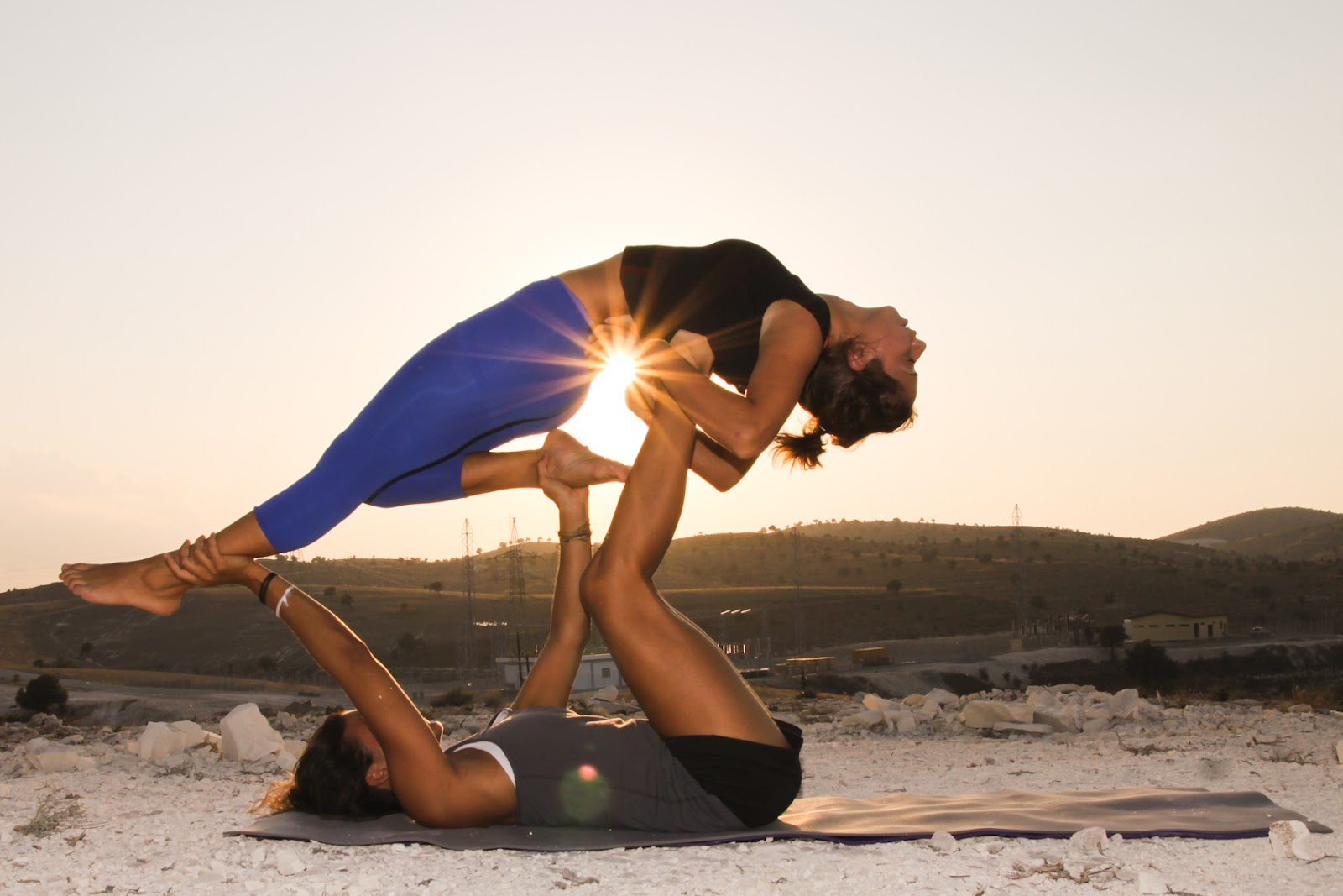 Dont Let The Acroyoga Couple Poses Youve Seen Scare You Weve All Those Instagram Pictures Amazing Feats Of Yoga Spreads Starring Beautiful