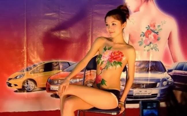 SPG Mobil Honda Tampil Dengan Body Painting (Hampir Bugil)
