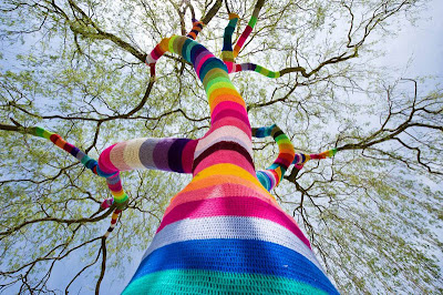 Arbol tejido con estambre de colores en Alemania