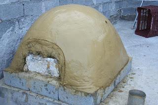 Φτιάχνουμε μόνοι μας παραδοσιακό ξυλόφουρνο, με χώμα, νερό και άχυρο