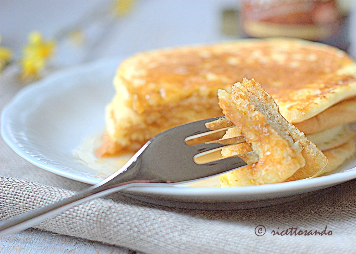 Pancake classiche focaccine da gustare a colazione con sciroppo d'acero