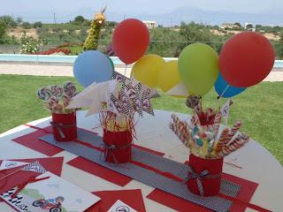 Διακόσμηση τραπεζιού ευχών με ζαχαρωτά, μπαλόνια και σημαιάκια