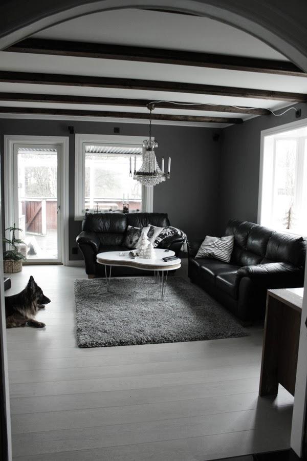 renoverat vardagsrum, vitt plankgolv, tarkett, cotton white, svarta skinnsoffor, grå matta, vit altandörr, vita fönster, gråa väggar, kristallkrona, inredning, inspiration, före och efter renovering av vardagsrum