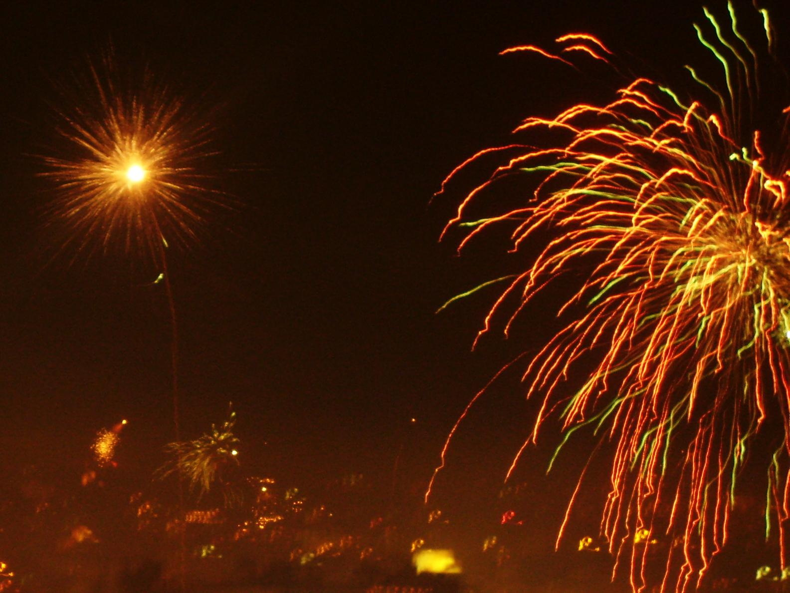 http://4.bp.blogspot.com/-XILalu5MNB0/TnnVVsp3h_I/AAAAAAAAAZ0/8QM83dsJjtY/s1600/Diwali_celebration-wallpaper.jpg