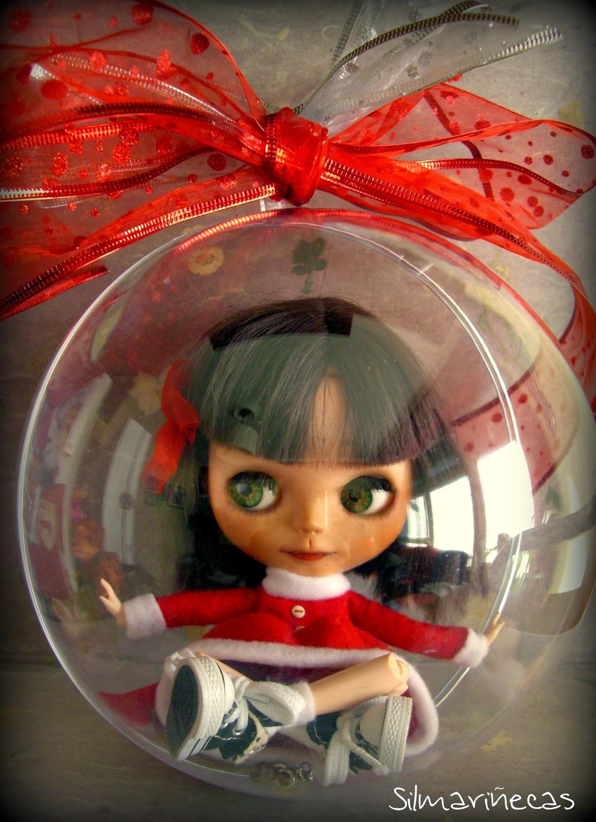 basaak doll, dentro de bola de navidad grande
