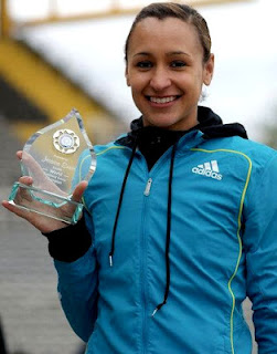 Jessica Ennis enseando su trofeo