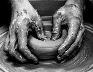 Artesano ceramista detalle torno de barro