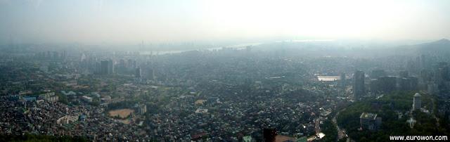 Amanecer en Seúl visto desde la torre N de la Montaña Namsan