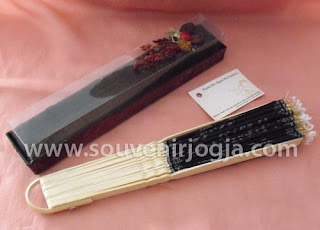 undangan pernikahan kipas bambu mika exclusive